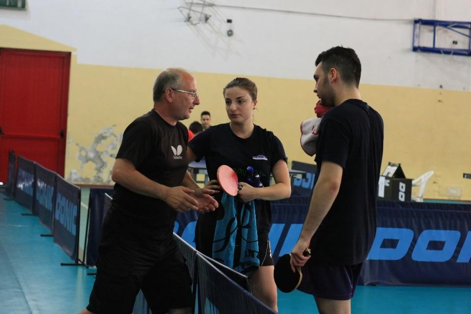 a sx Pierluigi Montalbano dispensa consigli alla figlia Sara e a Nicola Pisanu (Foto Tomaso Fenu)