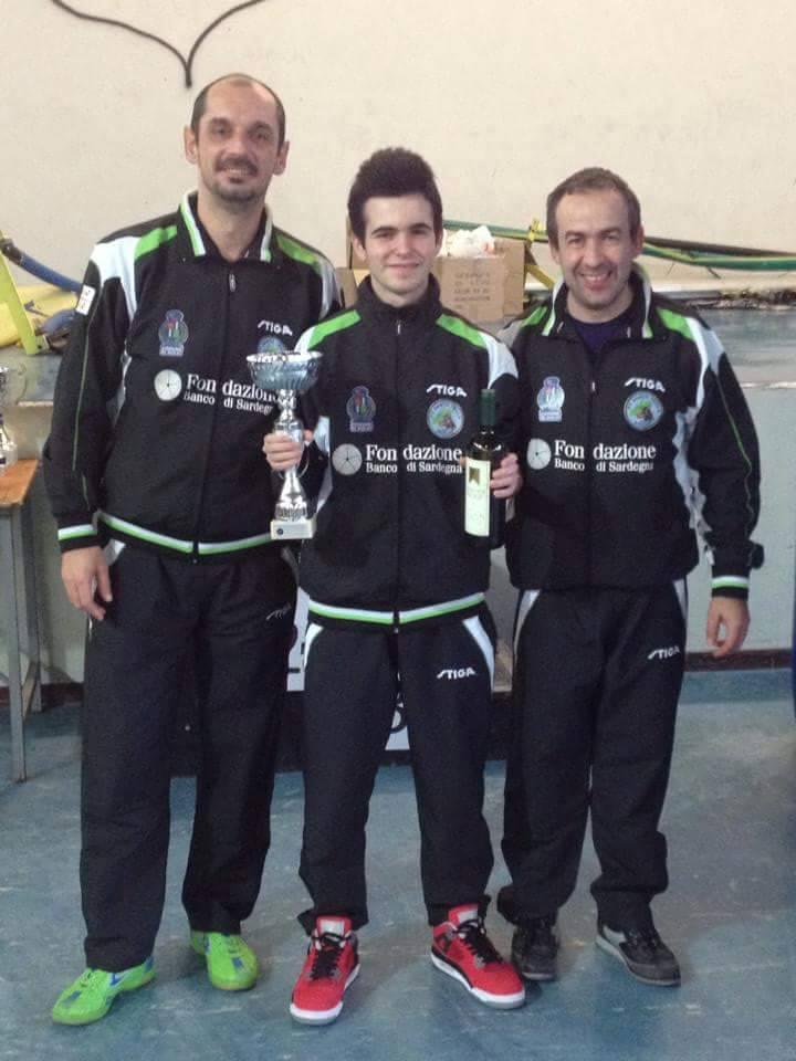 Francesco Ara festeggia il podio di Arezzo con l'allenatore Mateiu e il presidente del Santa Tecla Nulvi Zentile
