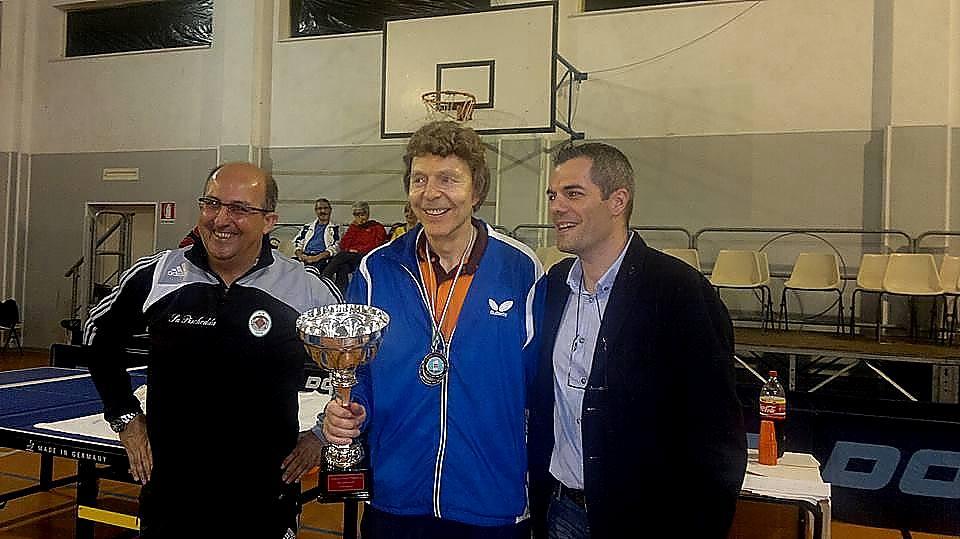 a dx il presidente della Fitet Sardegna Simone Carrucciu con il campione del mondo over 70 Herbert Neubauer e il sindaco di Bosa Luigi Mastino
