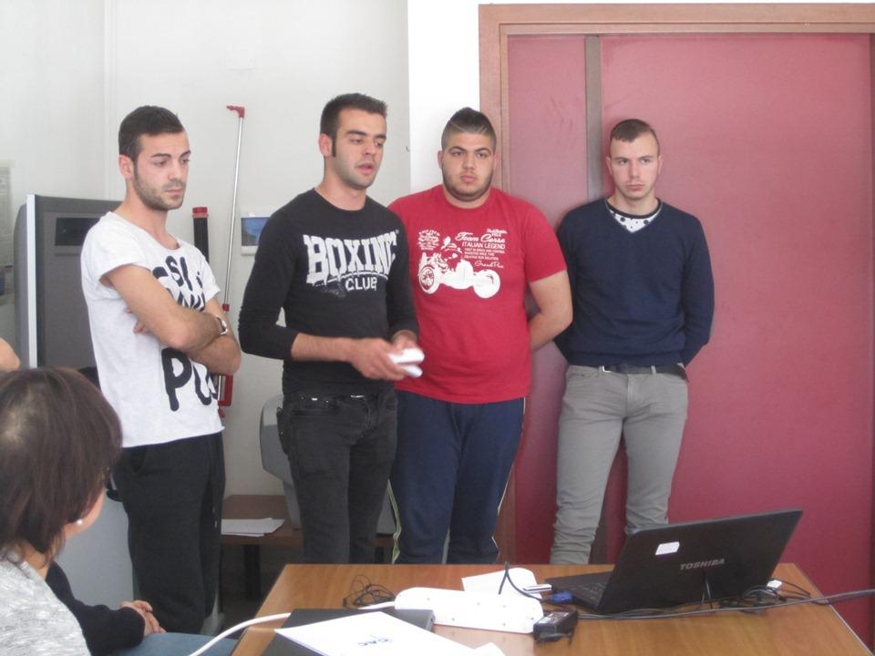 Efisio Pirisi con i suoi compagni presenta il logo vincitore del concorso