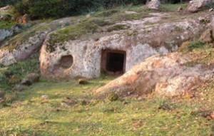 Domus de janas (grotticella funeraria) in agro di Sedilo (Or) Foto da sardegnaturismo.it
