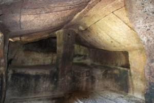 Sant'Andrea Priu, Bonorva (Ss) Toba del Capo. Evidente la presenza del pilastro e il tetto a doppio spiovente. Foto da catturalasardegna.it