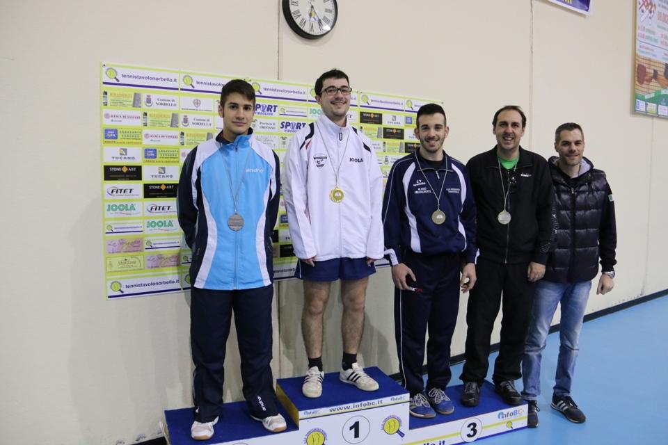 Il podio dei Seconda categoria con il presidente Fitet Simone Carrucciu (Foto Gianluca Piu)