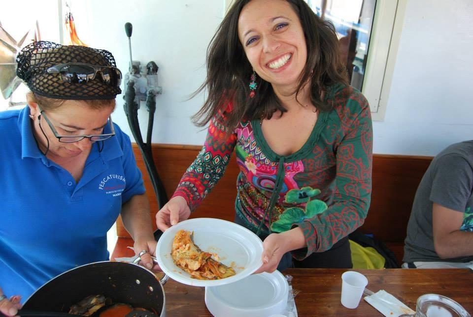 Ignazina  serve il gustoso pranzo da lei preparato