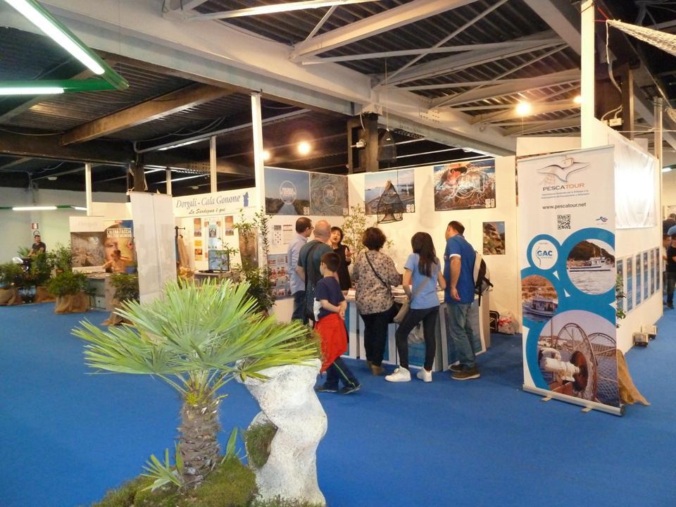 Visitatori nello stand del Gac So presso la Fiera Internazionale di Cagliari