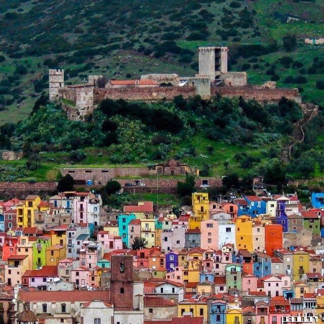 Questa foto che Paolo Brianda ha pubblicato sul suo profilo Instagram @paolo_bri fa capire chiaramente il perché. Il castello dei Malaspina domina sul coloratissimo borgo medievale.