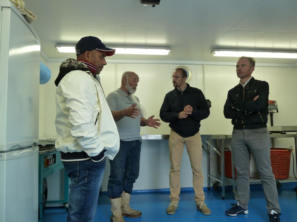 Davide Cao e Fabrizio Selenu chiacchierano con gli imprenditori ittici locali (Foto Gianna Saba)