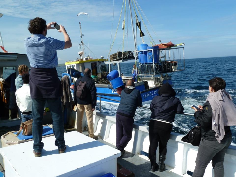 Durante l'escursione con la barca dei turisti che segue quella dei pescatori (Foto Gianna Saba)