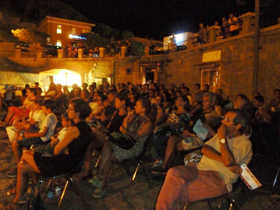 Il pubblico ogliastrino ascolta in religioso silenzio (Foto Gianna Saba)