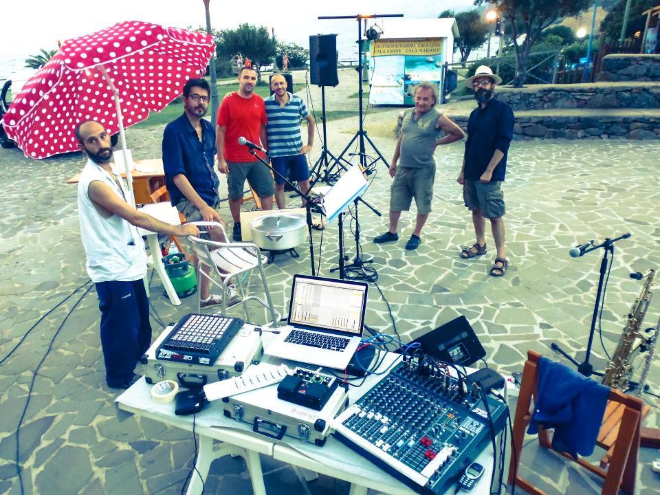 Il primo da sx è Andrea Congia assieme ai suoi compagni di viaggio nella memoria del mare