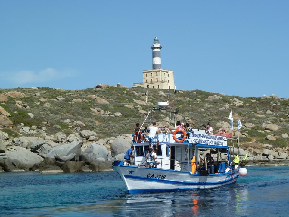 La suggestiva costa di Villasimius durante un'escursione di pescaturismo