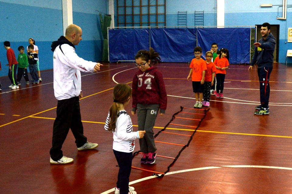 a sx Riccardo Lisci instrada i bambini coadiuvato da Nicola Pisanu (Foto Luciano Saiu)