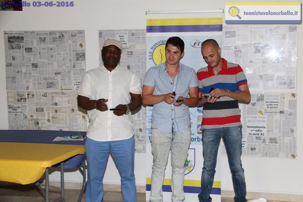 Al centro Vilbene Mocci tra Gbenga Kayode e Federico Concas (Foto Gianluca Piu)