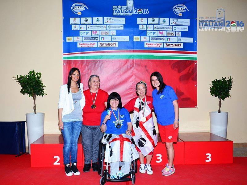 Maria Egle Fanni festeggia con la sua conterranea Clara Podda medaglia d'oro singolo femminile  65 - 70