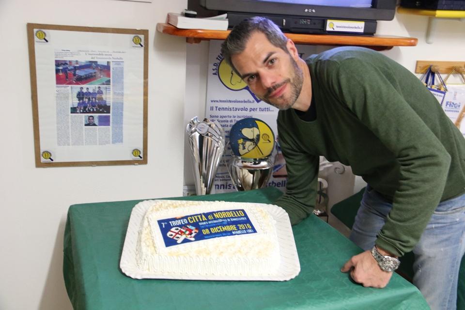 il-presidente-simone-carrucciu-e-la-torta-celebrativa-fatta-dalla-sorella-donisetta-foto-gianluca-piu